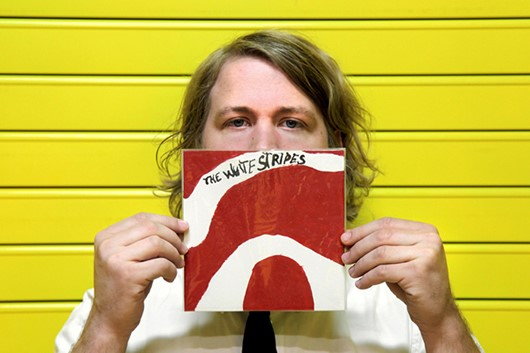 Ben Blackwell com o vinil do White Stripes