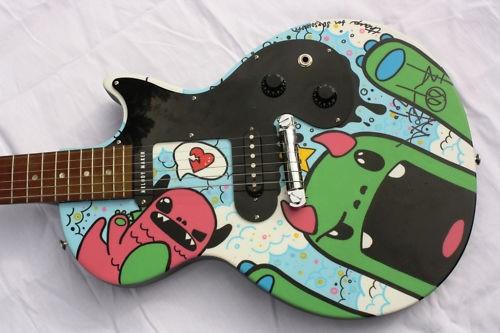 Guitarra autografada pelo Tom DeLonge