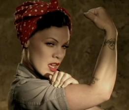 Pink lança videoclipe de Raise Your Glass