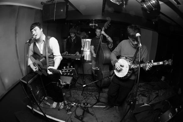 Mumford And Sons lança EP com músicos indianos