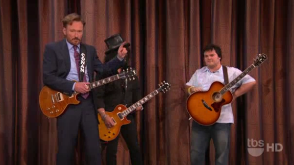 Slash, Jack Black e Conan O Brian travam duelo de guitarras