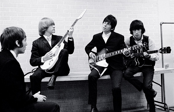 Fotos raras dos Rolling Stones - Charlie Watts, Brian Jones, Keith Richards e Bill Wyman afinando os instrumentos