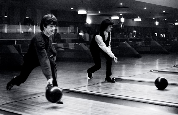 Fotos raras dos Rolling Stones - Keith Richards e Bill Wyman jogando boliche