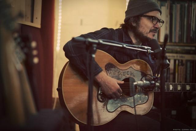 Frontman do Wilco toca música nova em show solo