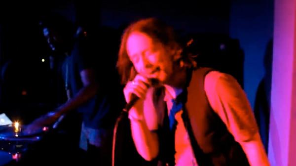 Thom York canta e discoteca em Los Angeles