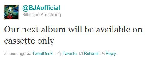 Billie Joe anuncia disco do Green Day em fita cassete