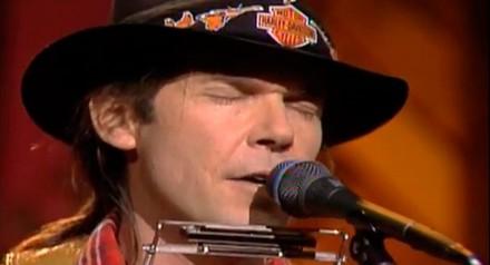 Neil Young lança clipe de