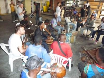 Damon Arbarn tocando violão no Congo