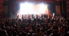 Público aceita o convite de China e sobre no palco do Coquetel Molotov 2011