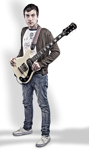 Guitarrista do My Chemical Romance lança guitarra para caridade