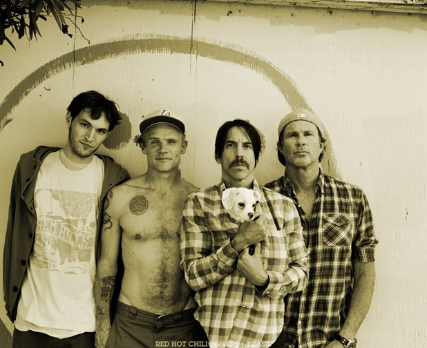 Filha do baixista do Red Hot Chili Peppers faz vídeo da banda