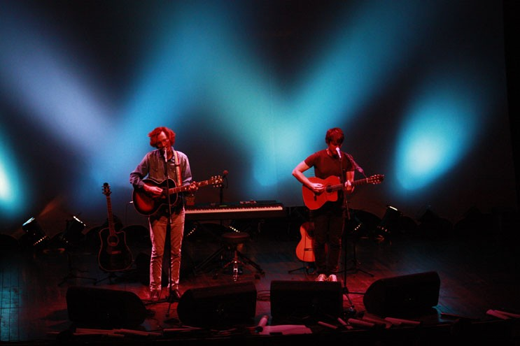 Shows opostos na passagem do Kings of Convenience pelo Brasil