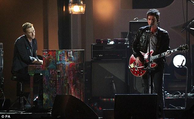 Noel Gallagher toca com Chris Martin
