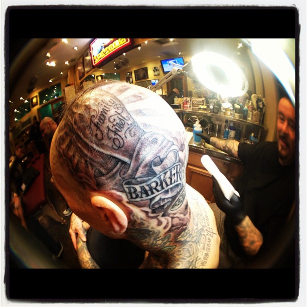 Travis Barker faz tatuagem na cabeça