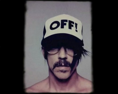 Anthony Kiedis com boné do OFF!