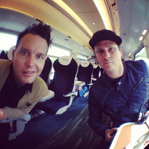 Empresário do blink-182 confirma plano de turnê sem Travis Barker