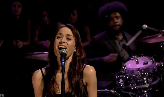 Fiona Apple se apresenta no programa de Jimmy Fallon