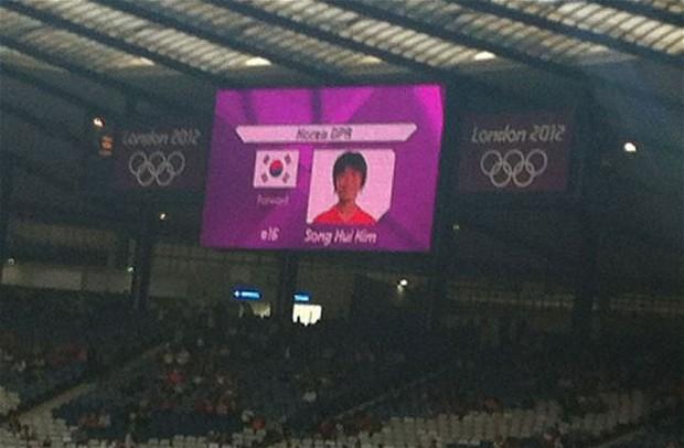 Bandeira da Coréia do Sul com jogadora da Coréia do Norte