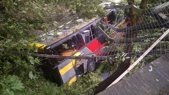 Ônibus do Baroness após o acidente