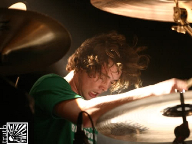 Graham Churchill, das bandas This Is A Standoff e Belvedere, é eleito o melhor baterista de skatepunk