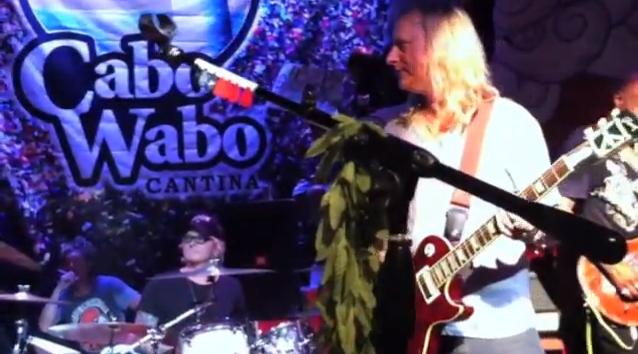 Sammy Hagar, Jerry Cantrell e Matt Sorum tocam Alice In Chains