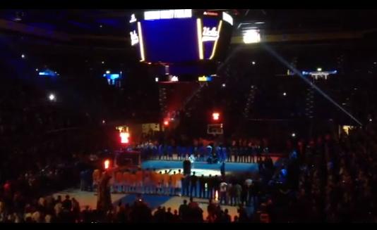 Flea toca hino dos Estados Unidos em jogo de basquete