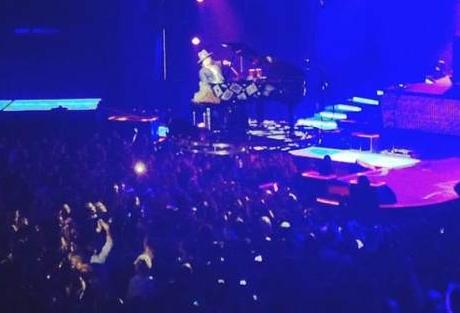 "Axl Rose toca ""November Rain"" em piano que levita em Las Vegas"