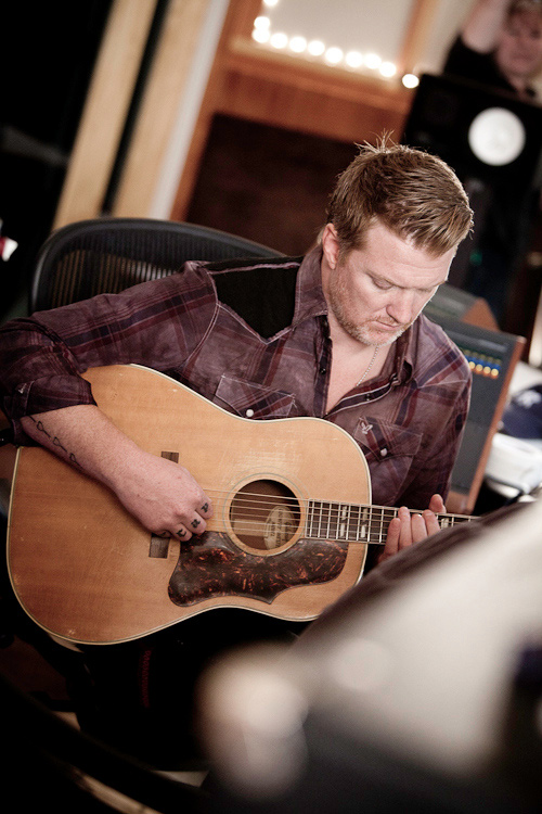Josh Homme gravando para a trilha do Sound City