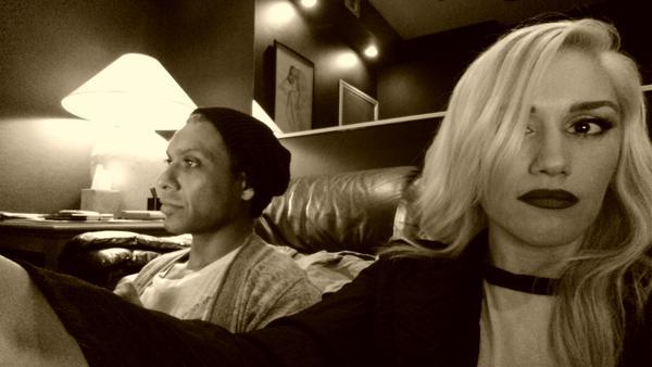 Gwen posta no Twitter que está em estúdio compondo novas canções