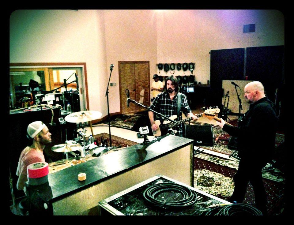 Dave Grohl, Alain Johannes e Taylor Hawkins ensaiando