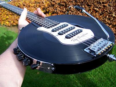 Invenção de Tom Bingham utiliza cinco discos. Ouça o som que o instrumento faz e veja como ele foi feito: