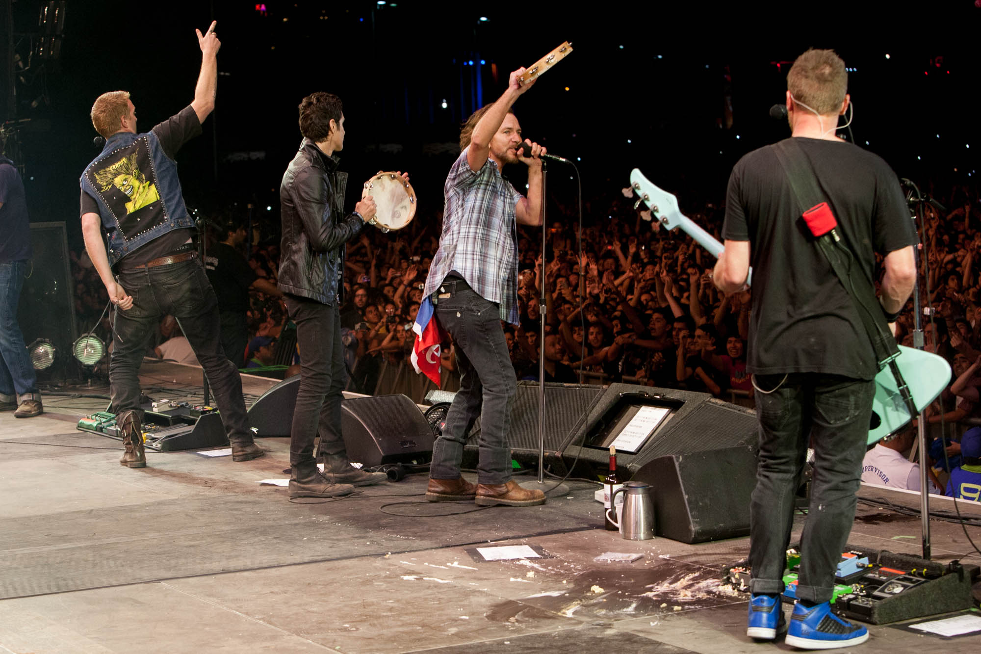 Pearl Jam, Josh Homme e Perry Farrell no palco do Lollapalooza Chile