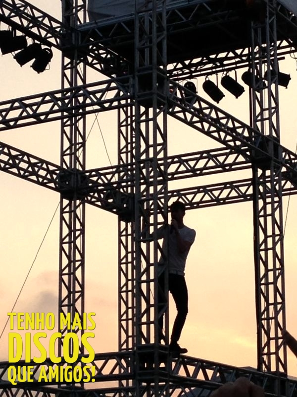 Vocalista do Kaiser Chiefs escala estrutura do Lollapalooza Brasil