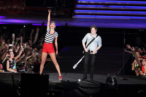 Taylor Swift canta com Patrick Stump