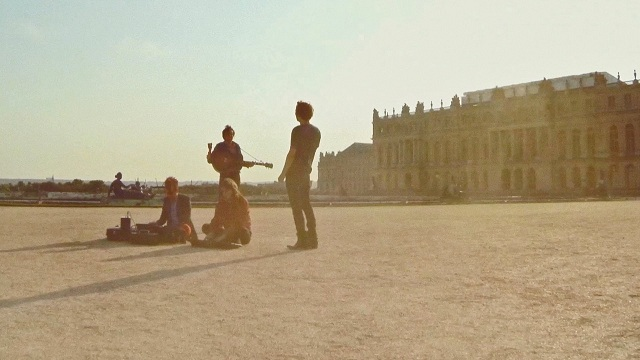 Phoenix grava dentro de avião e no Palácio de Versalhes