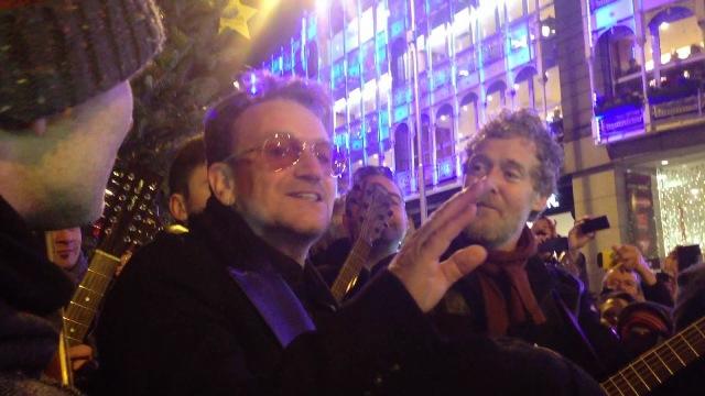 Bono canta músicas de natal em Dublin