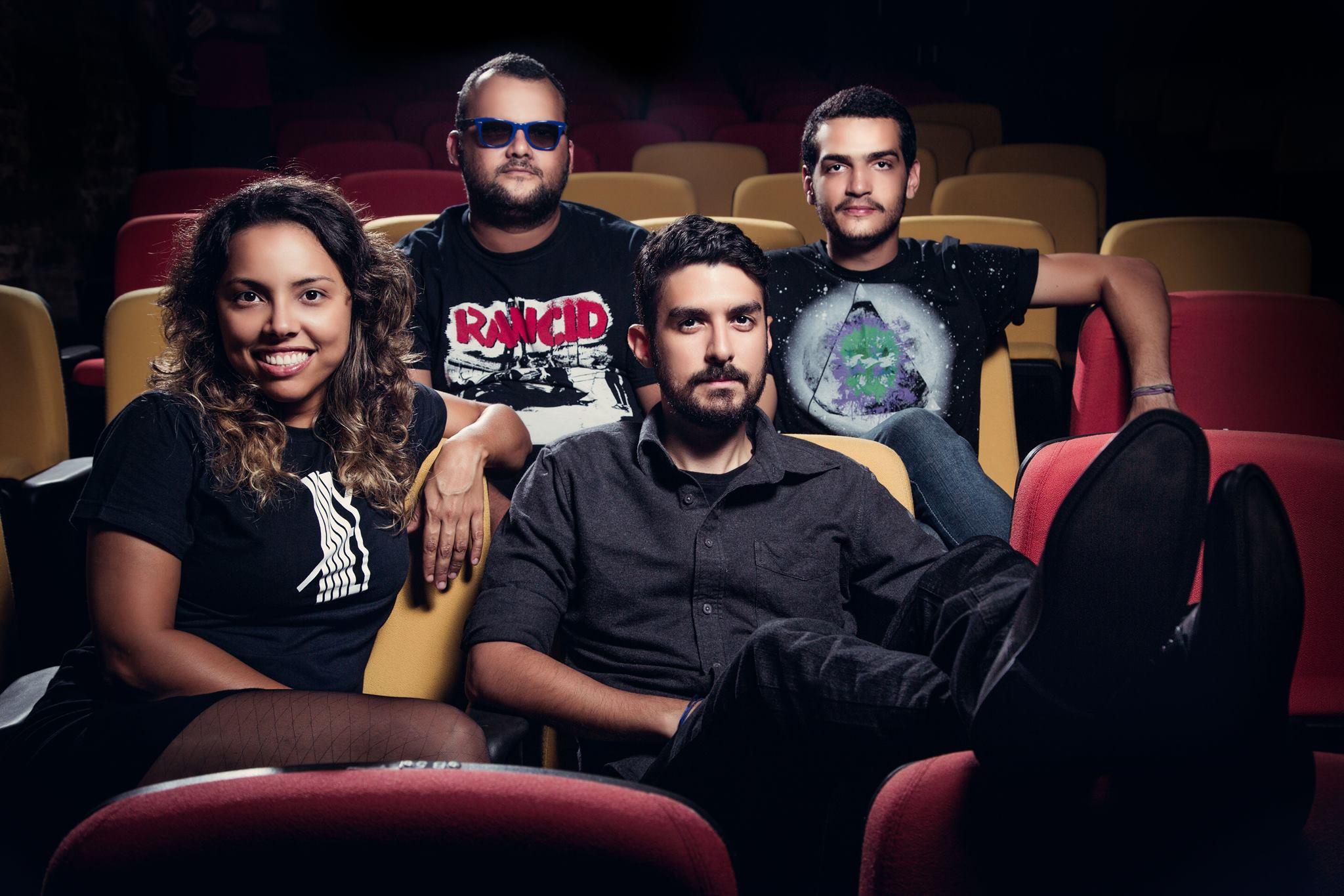 """Em novo single, Camarones Orquestra Guitarrística joga """"Xadrez com Karpov"""""""