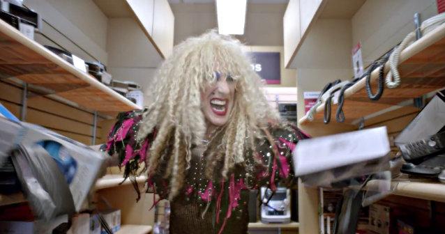 Vocalista do Twisted Sister é destaque no comercial da RadioShack no Super Bowl