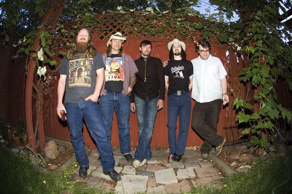 Drag The River faz performance acústica.