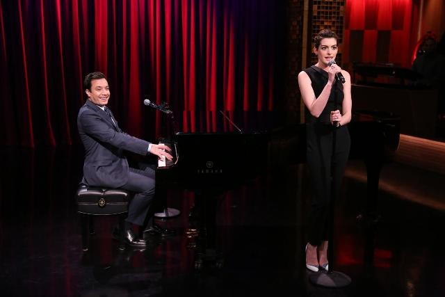 Anne Hathaway e Jimmy Fallon cantam hip hop no Tonight Show