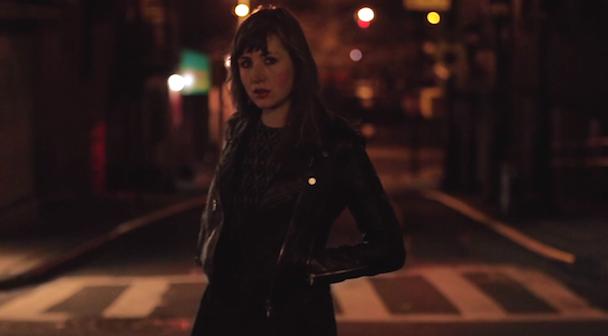 Anna Calvi: Faixa gravada com David Byrne ganha vídeo