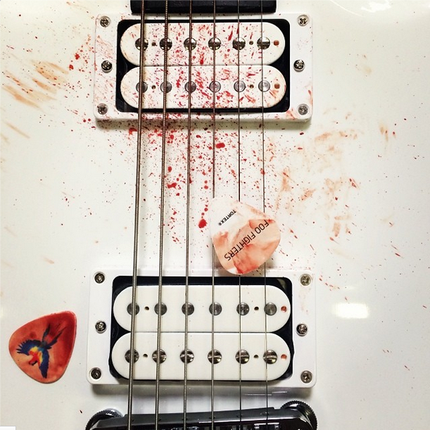 foo-fighters-guitarra-sangue