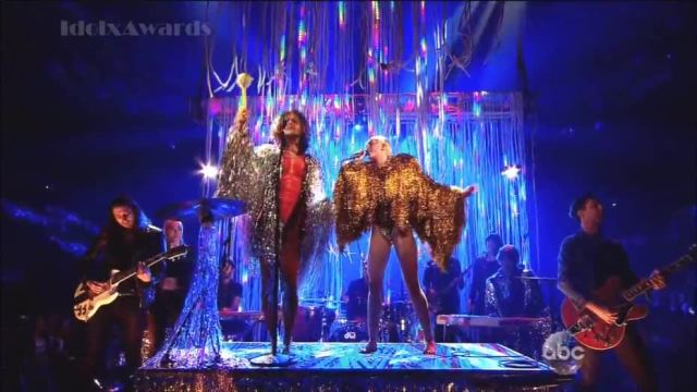 The Flaming Lips e Miley Cyrus fazem cover do The Beatles em premiação