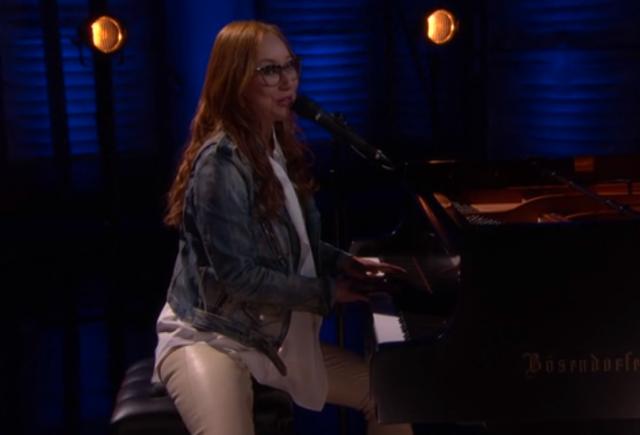 Tori Amos se apresenta no programa de Conan O'Brien