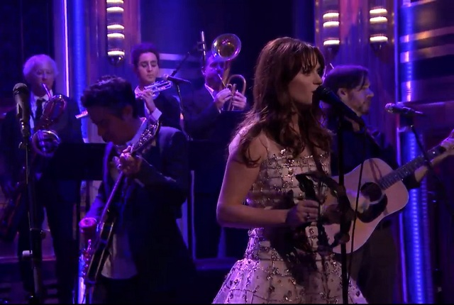 She & Him participa de programa de TV