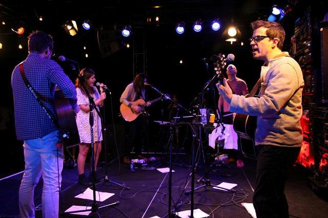 Weezer se apresenta em programa de rádio