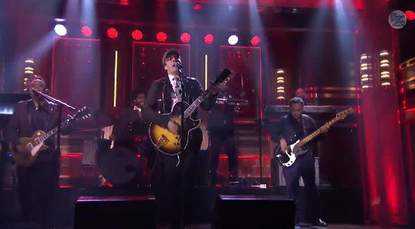 Jimmy Fallon imita Bono e interpreta U2