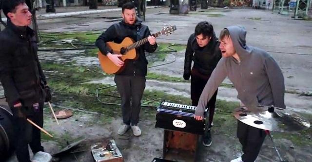 Enter Shikari toca faixa acústica em armazém abandonado