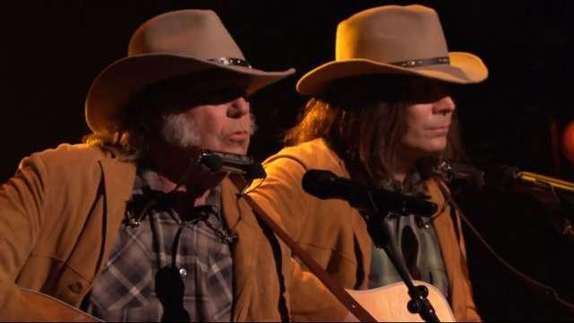 Neil Young se apresenta no programa de Jimmy Fallon