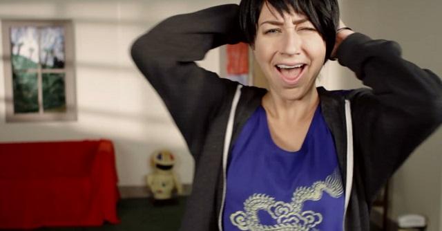 """Novo clipe de Mikal Cronin parodia vídeo de Natalie Imbruglia para """"Torn"""""""